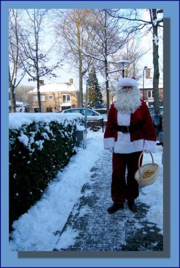 Kerstman_deelt_koekkies_uit